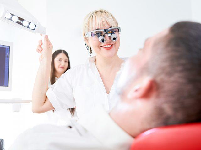 Wir kontrollieren regelmäßig, ob Ihr Zahnersatz gut sitzt.