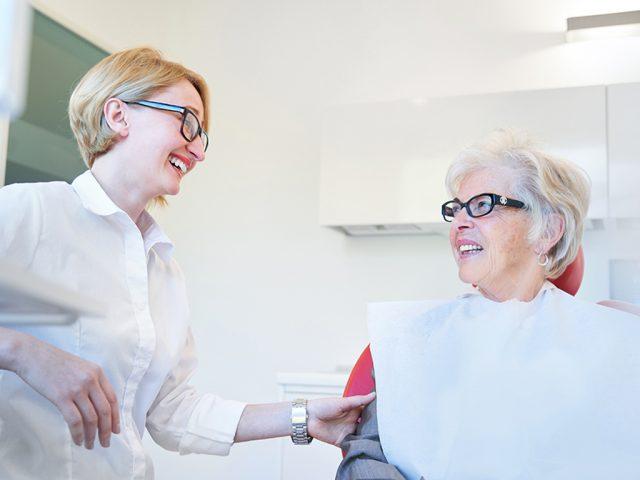 Neben einer gründlicher Mundhygiene in den eigenen vier Wänden ist auch eine professionelle Zahnreinigung wichtig. So haben Sie noch lange Freude an Ihrem hochwertigen Zahnersatz aus Bad Honnef.