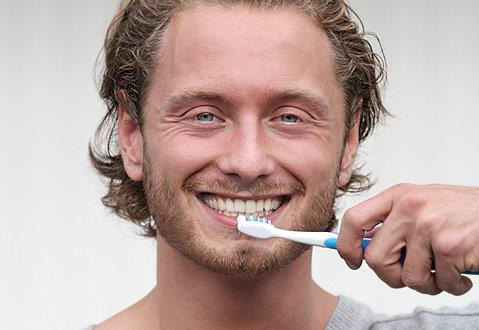 Regelmäßige Kontrolluntersuchungen und die professionelle Zahnreinigung sind für Zahnersatzträger besonders wichtig.