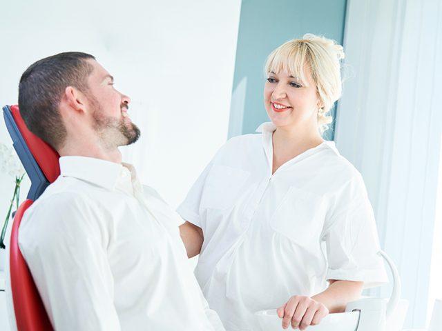 Zahnärzte, die mit implantologischen Lösungen anbieten, brauchen eine spezielle Qualifikation. Dr. med. dent. Natalie Paulsen verfügt über langjähriges fachliches Know-how. Ihre tiefgehende Kenntnisse erwarb sie bei führenden Zahnärzten der Deutschen Gesellschaft für Implantologie.